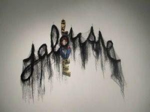 Annette Messager, Jalousie/love, 2010. Fil de fer, filet noir, 205 x 245 cm. Courtesy de l'artiste et Marian Goodman Gallery, Paris/New-York. Coll. de l'artiste ©photo : Marc Domage © ADAGP Paris 2012